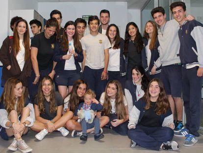 Alumnos de Brains International Schools con Celia, una de los protagonistas de los libros.