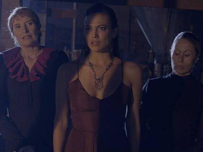 Desde la izquierda, Assumpta Serna, Elisa Mouilaá y Miriam Díaz Aroca, en 'Bernarda'.