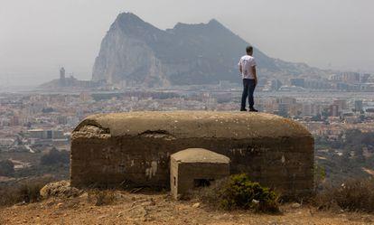 Vista de uno de los búnkeres de sierra Carbonera. Al fondo, el Peñón de Gibraltar y La Línea de la Concepción.
