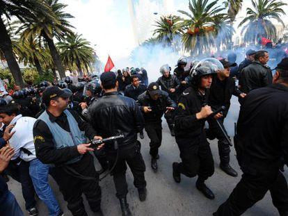 Enfrentamientos entre manifestantes y la policía en Túnez.