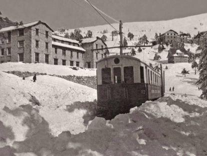El ferrocarril del Guadarrama frente al Hotel Victoria, en el puerto de Navacerrada en 1927.