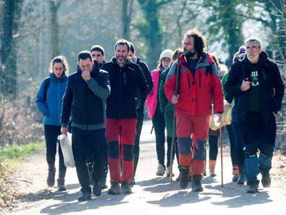 Familiares y voluntarios abandonan el lugar tras el encuentro del cuerpo de Jon Bárcena en el pantano alavés de Urrunaga.