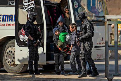 Huérfanos rusos de familias ligadas al ISIS llegan este jueves a Qamishli.