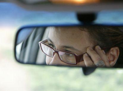 Fatima conduce su coche, algo que molesta al imán.