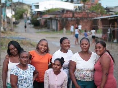 El grupo de Las Orilleras, en el barrio de Obapo, en Quibdó. De izquierda a derecha: Yasira Roleo, Danny Suley, Yuladis Padilla, Mariela Padilla, Yeniffer Pino, Mirna Perlaza y Lugis Torres.