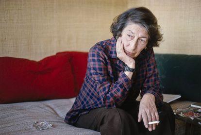 Gisèle Freund en su casa-estudio de París, hacia 1975.