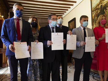 Los concejales del PP de Granada presentan su renuncia en la secretaria técnica del Ayuntamiento de la ciudad, este martes.