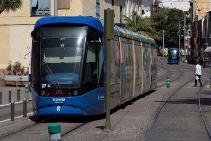 SANTA CRUZ DE TENERIFE, 15/07/2020.- El servicio de tranvía de santa Cruz de Tenerife se ha visto interrumpido este miércoles por el apagón eléctrico que ha afectado a la isla de Tenerife. EFE/ Miguel Barreto