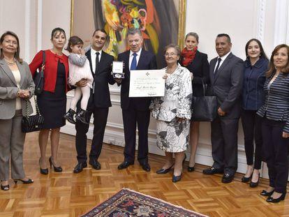 Ángel Martín Peccis recibe de Juan Manuel Santos la Cruz de Boyacá, en la Casa de Nariño.