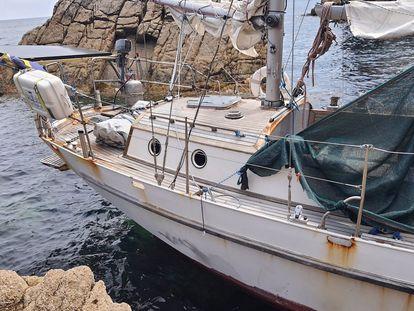 Velero hallado abandonado y trasladado por Salvamento Marítimo a Viveiro (Lugo).