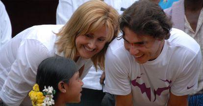 Rafa Nadal y su madre, Ana María Parera, con una niña de su fundación.