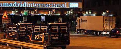 Furgones de policía a las puertas de Mercamadrid poco antes de la medianoche.