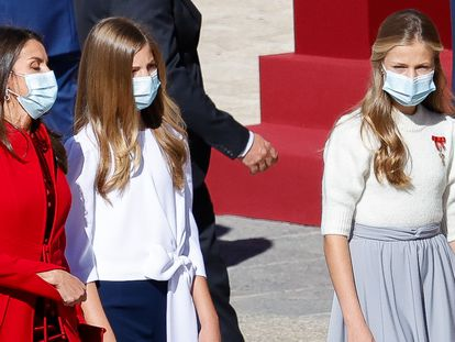La reina Letizia junto a sus hijas Leonor y Sofía en el día de la Hispanidad.
