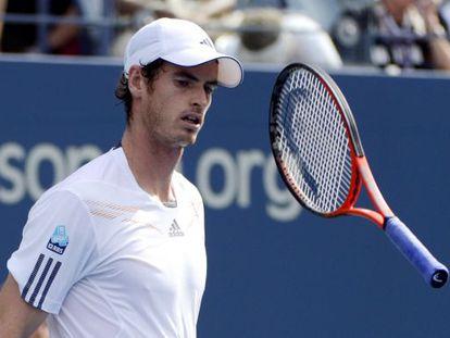 Murray lanza la raqueta durante el partido ante Alex Bogomolov