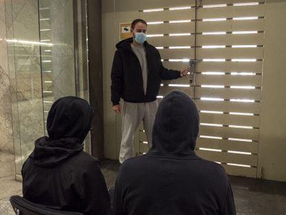 Pablo Hasél junto a la puerta principal del rectorado, cerrado con un candado