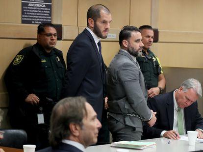Pablo Ibar, esposado, durante una de las sesiones del tercer juicio recogidas en el documental. De pie, a su lado, el abogado Joe Nascimento.