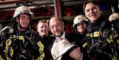 Martin Schulz, el candidato a canciller de los socialdemócratas alemanes, visita el 15 de febrero un grupo de bomberos en Duisburgo.