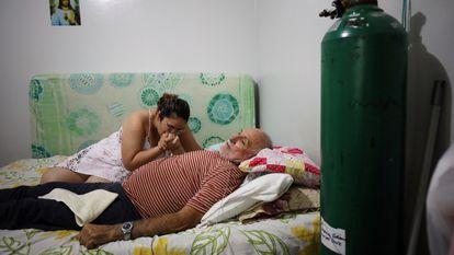 Un enfermo de coronavirus, en la improvisada sala de emergencias que su hija montó en enero en casa, en Manaos (Brasil).