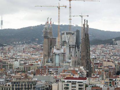 Una imagen de la Sagrada Familia con las torres centrales en construcción de 2016.