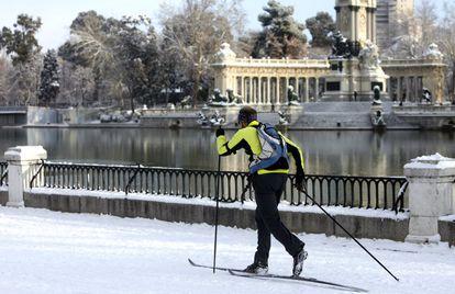Un hombre practica esquí de fondo junto al estanque grande del parque del Retiro, el 11 de enero de 2010.