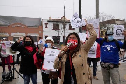 Un grupo de personas se reunió frente a la dirección antiterrorista para celebrar la muerte de Abimael Guzman, en septiembre de 2021.