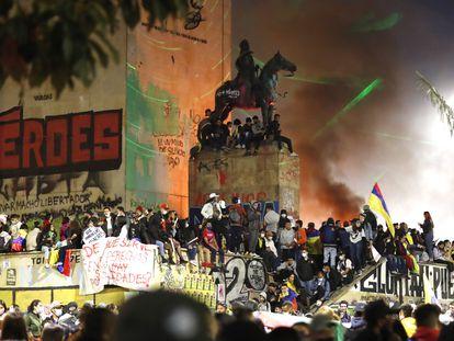 Cientos de personas se concentran en el Monumento de los Héroes en Bogotá (Colombia), el 15 de mayo de 2021.