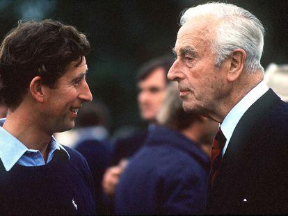 El príncipe Carlos y lord Mountbatten, en un partido de polo en Windsor el 1 de julio de 1979.
