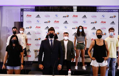 David Aganzo, President of AFE, poses for photo with the Rayo Vallecano Femenino players during the press conference of the Association of Spanish Footballers (AFE) denouncing the non-inclusion of Rayo Vallecano players in Social Security as professionals on August 19, 2021, in Madrid, Spain.  AFP7 08/19/2021 ONLY FOR USE IN SPAIN