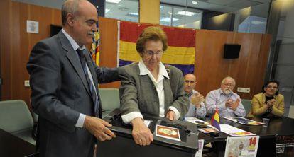 Josefa Celda recibe la caja con los restos de su padre, fusilado en Paterna en 1940, ayer en el Ayuntamiento de Massamagrell.