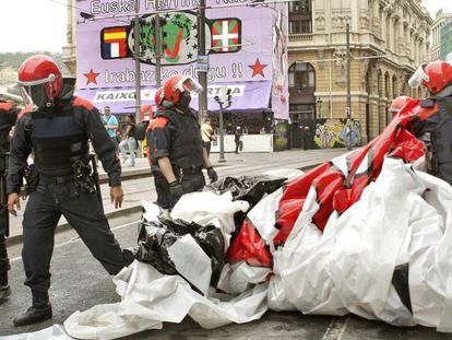 La Ertzaintza retiró fotos de presos en 2009, también por orden del juez, en el recinto festivo de Bilbao.
