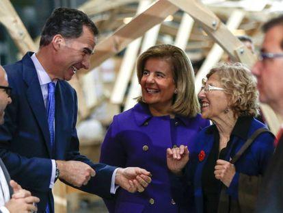 El Rey Felipe VI, con la ministra de Empleo en funciones, Fátima Báñez  y la alcaldesa de Madrid, Manuela Carmena, durante el acto central anual de la Fundación COTEC