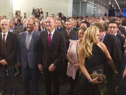 El presidente del Consell, Alberto Fabra, flanqueado por la alcaldesa de Valencia, Rita Barberá, y el presidente de Ford España, José Manuel Machado, y el resto de asistentes al acto.