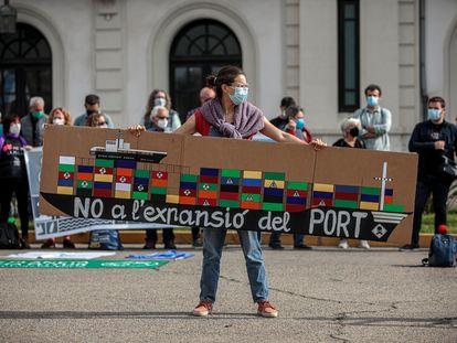 La Comissió Ciutat-Port, la plataforma Juventud por el Clima-Fridays for Future y Extinction Rebellion durante la concentración de este viernes para exigir que se abandone definitivamente el proyecto de terminal norte del puerto.