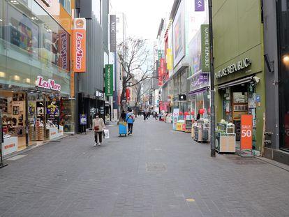 Pocos peatones en Myeongdong, una zona popular de compras en Seúl, Corea del Sur, el pasado 3 de marzo. El coronavirus ha vaciado las calles de la capital.