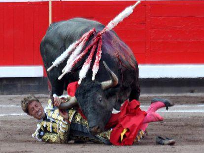 Manuel Escribano sufrió una aparatosa voltereta ante el cuarto toro de la tarde.