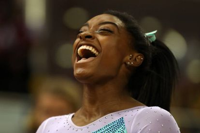 Simone Biles celebra su cuarto título mundial de gimnasia, en Doha (Qatar).