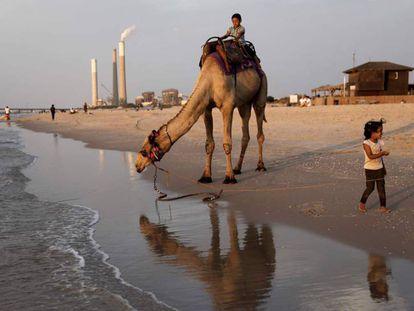 Playa israelí de Zikim, donde se extiende la contaminación desde la cercana franja de Gaza.
