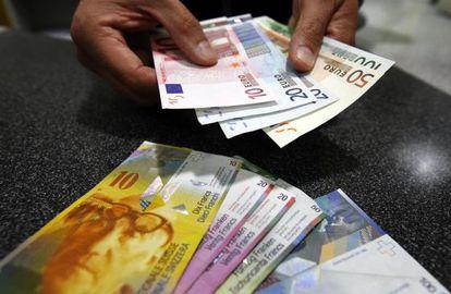 Un empleado de Swiss Post en Berna cambia euros por francos suizos.