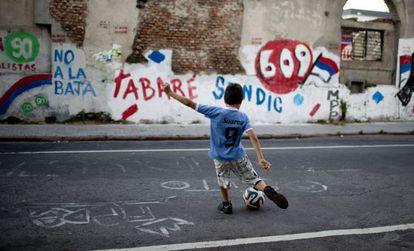 Un niño juega con el balón en Montevideo.
