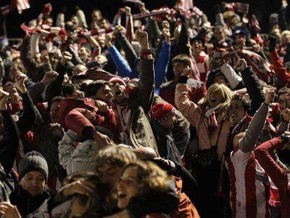 Los aficionados del Athletic celebran un gol