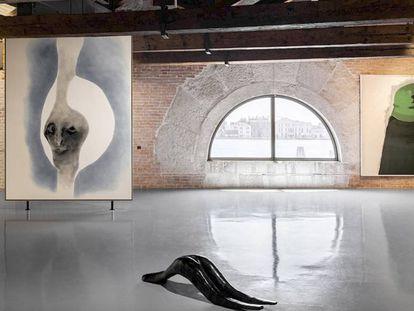 Vista de la exposición 'Sin título, 2020. Tres perspectivas sobre el arte del presente' en la Punta della Dogana. Obras de Enrico David y Markus Lüpertz.