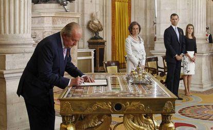 El rey Juan Carlos firma su abdicación en junio de 2014.