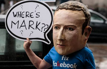 Un manifestante protestando contra Facebook en Londres el pasado noviembre.