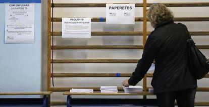 Un colegio público de Barcelona, preparado, este sábado, para acoger mañana la votación.