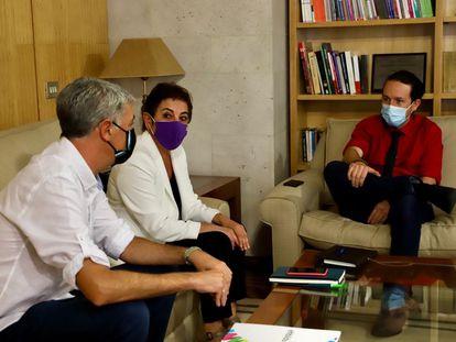 Pablo Iglesias, junto a Mertxe Aizpurua y Oskar Matute este miércoles durante su reunión.