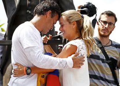 Tintori y López abrazados antes de que este se entregara.