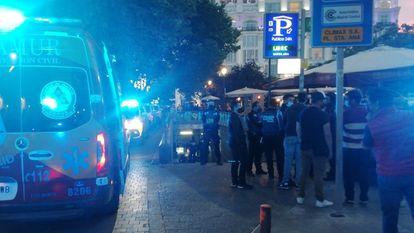 Ambulancias y policías situados a la entrada del aparcamiento en el que se ha producido el accidente este sábado, en la plaza de Santa Ana de Madrid.