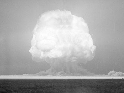 La detonación de 'Trinity' vaporizó la arena del desierto que se fundió con los metales de los cables de comunicaciones y la torre desde la que dejaron caer la bomba.