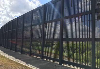 La valla, el pasado jueves, de unos seis metros que separa Brownsville (Texas) del Río Grande y de Matamoros (México)