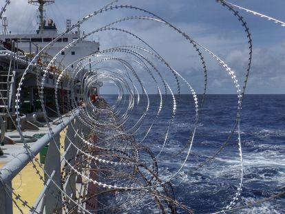 Barco con concertina para protegerse de los piratas africanos.
